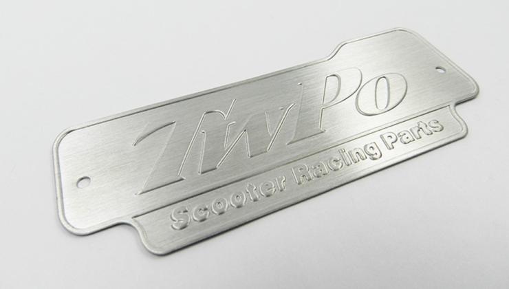 Etiquette de luxe en métal marquée par embossage