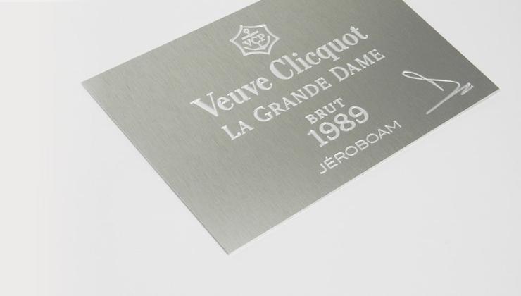 Etiquette de luxe en aluminium anodisé naturel marquée par gravure en creux