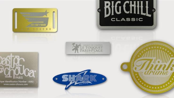 Diverses plaques de marque réalisées en gravure laser sur  aluminium anodisé coloré (bleu, or, naturel, champagne, noir)