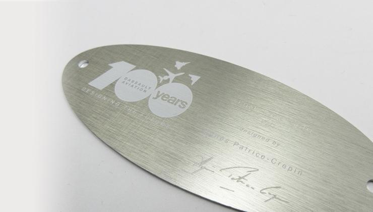 Plaque événementielle marquée par sérigraphie sur aluminium brossé