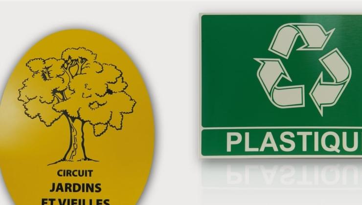 Plaques de signalétique gravées en creux sur plastique bi-couches