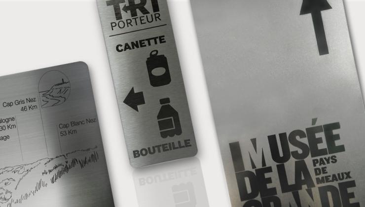 Plaques de signalétique marquées par gravure laser sur matière inox brut ou brossé