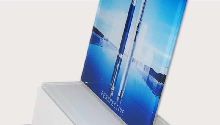 Présentoir publicitaire fabriqué en PMMA transparent imprimé en envers avec socle