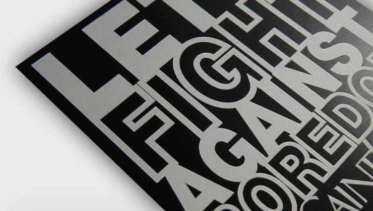 Aluminium anodisé noir gravé en laser