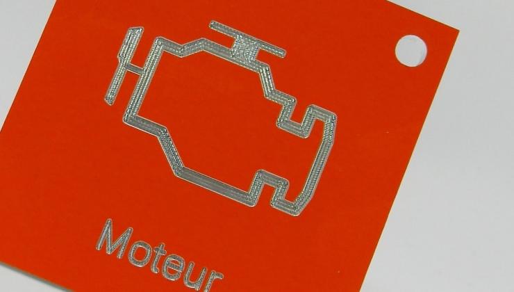 Plaque identification métal réalisée en gravure en creux sur aluminium laqué