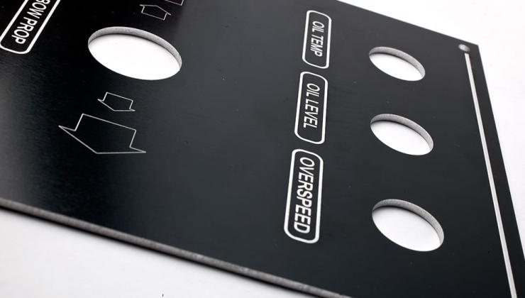 Face avant en aluminium laqué noir imprimée en sérigraphie