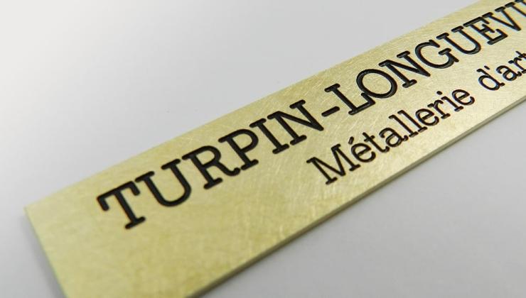 Gravure mécanique sur plaque de marque avec mise en peinture