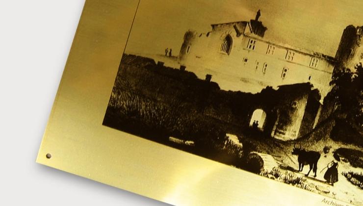 Photographie monochrome imprimée en sérigraphie sur laiton
