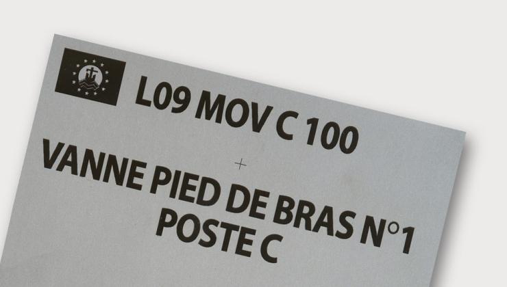 Plaque en inox pour marquage de tuyauterie réalisée en gravure laser