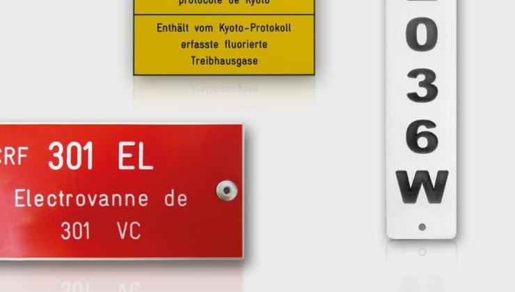 Plaques en gravoply marquées en creux pour l'identification de tuyauterie