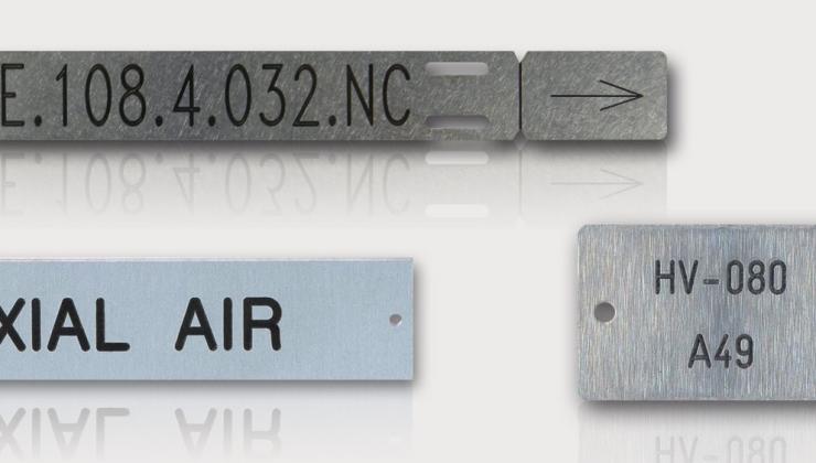 Gravure sur plaques en inox pour le marquage de tuyauterie