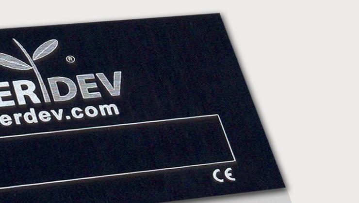 Plaque de  firme en aluminium anodisé noir marquée par gravure laser