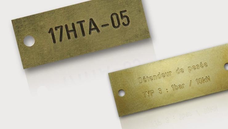 Gravure en creux de plaques d'identification en laiton