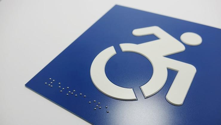 Marquage braille et relief sur plastique bi-couches pour une signalétique adaptée aux mal-voyants.