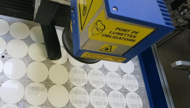 Gravure laser de codes barres d'identification sur matière plastique