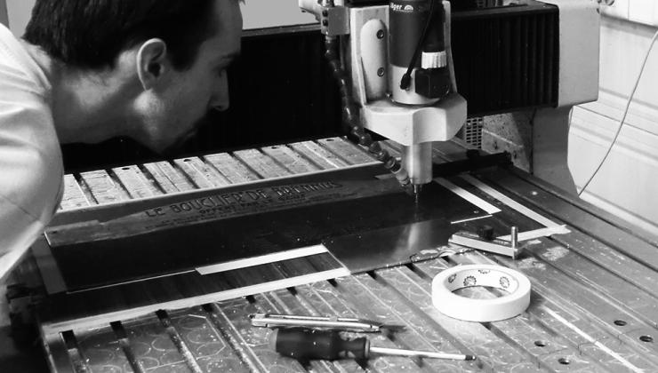 Gravure mécanique sur métal, afin de réaliser le marquage du bouclier de Brennus