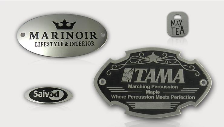 Etiquettes de luxe fabriquées par gravure chimique sur métal avec mise en peinture