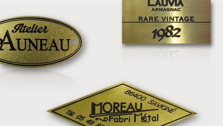 Etiquettes de luxe réalisées par gravure mécanique sur laiton avec mise en peinture du marquage