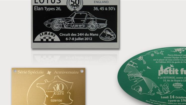 Plaques événementielles fabriquées en aluminium anodisé coloré avec marquage par gravure laser