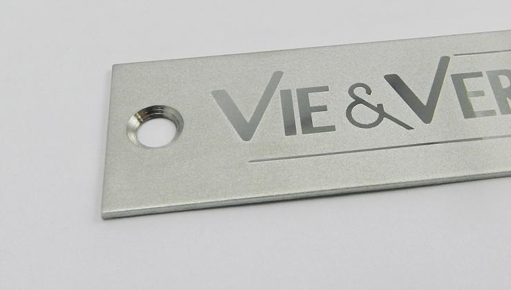 Plaque signature aluminium réalisée en gravure chimique par contraste d'aspect, marquage brillant