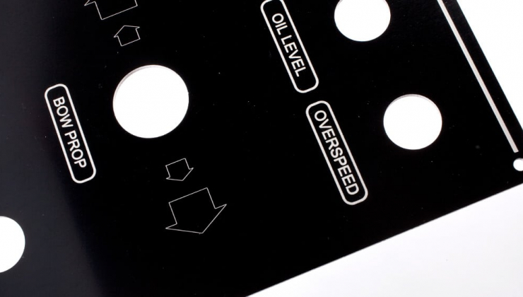 Face avant en aluminium laqué noir imprimé par sérigraphie