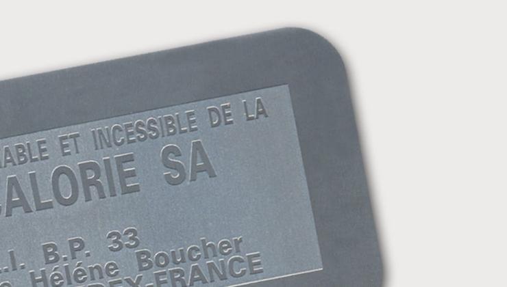 Etiquette d'inventaire réalisée en gravure chimique sur métal