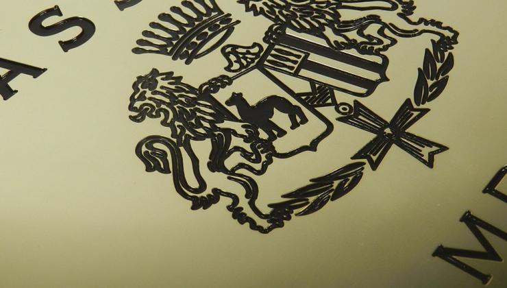 Plaque de signalétique marquée par gravure mécanique avec mise en peinture