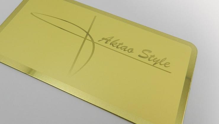 Plaque signature marquée par contraste mat/brillant en gravure chimique