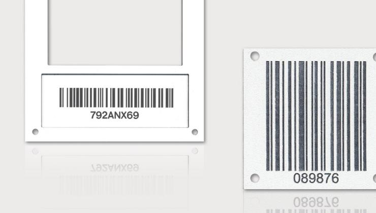 Plaques d'identification par code à barres réalisées par gravure en creux sur plastique bi-couches