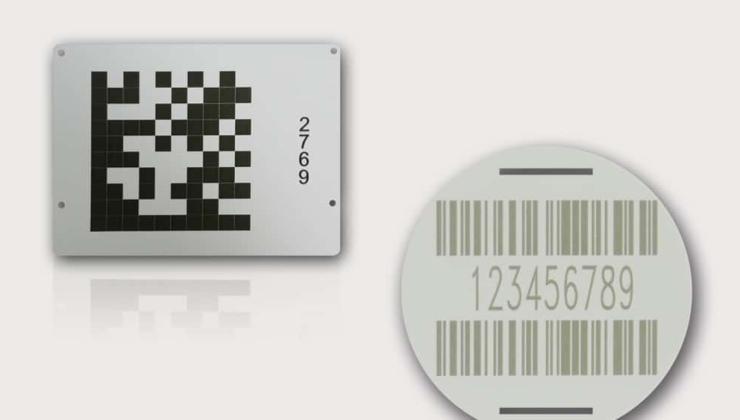 Plaques avec code à barres ou datamatrix marquées par gravure laser sur pvc
