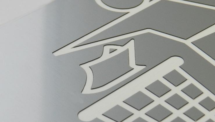Plaque signalétique en plastique bi-couches gravé en creux