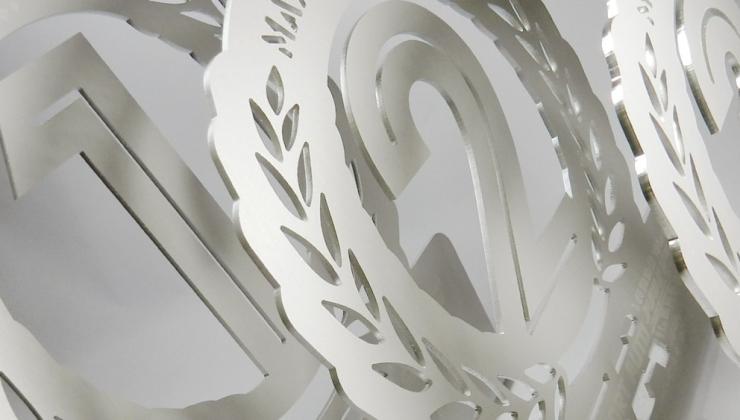 Trophées personnalisés en aluminium avec découpe mécanique, gravure laser et pliage