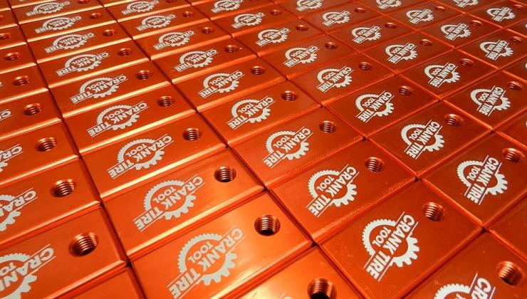 Gravure laser sur pièce en aluminium anodisé orange